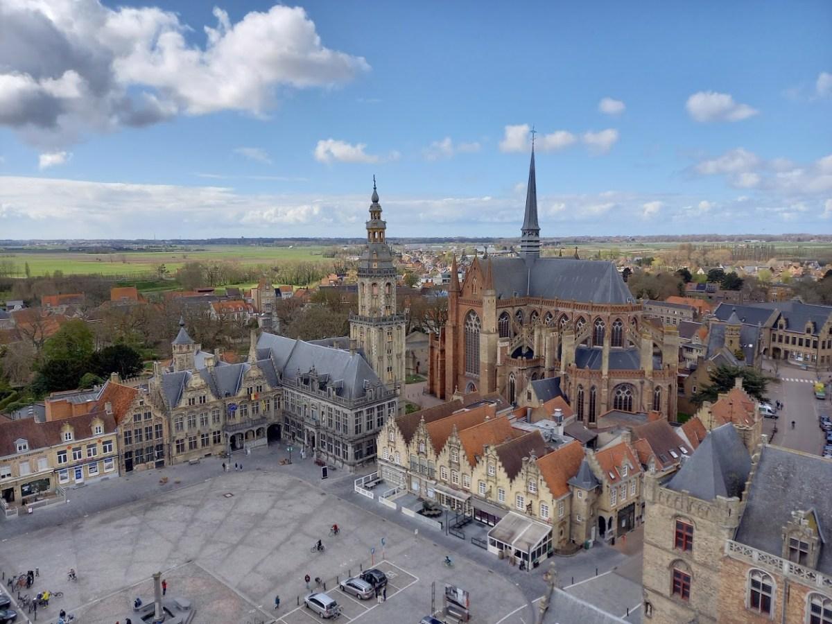 de markt van Veurne gezien vanop de Sint-Niklaastoren