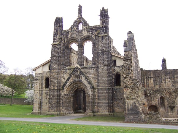 "Kirkstall Abbey. ""Kirkstall Abbey Kirche von Westen"". Licensed under CC BY-SA 3.0 via Wikimedia Commons"