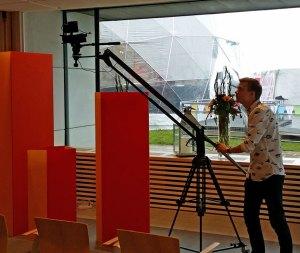 Kamera monterad på Jib, med fotograf som styr