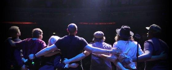 Petter och bandet tackar publiken på Chinateatern