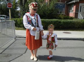 Mother and daughter in traditional costume (photo by Jorge Schönherr)