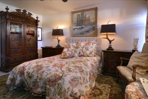 102A WestWall 12 master bed