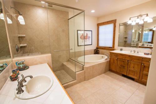 B202-master-bathroom