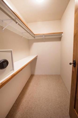 C103-closet