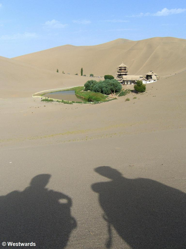 Isa and Natascha in thoughts, in the dunes near Dunhuang