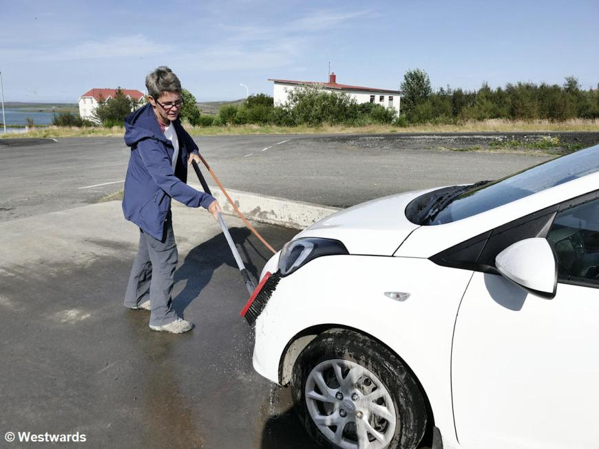 Travelling in Iceland by car means also: washing the car