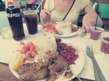Bistecca und Pescado mit roten Bohnen