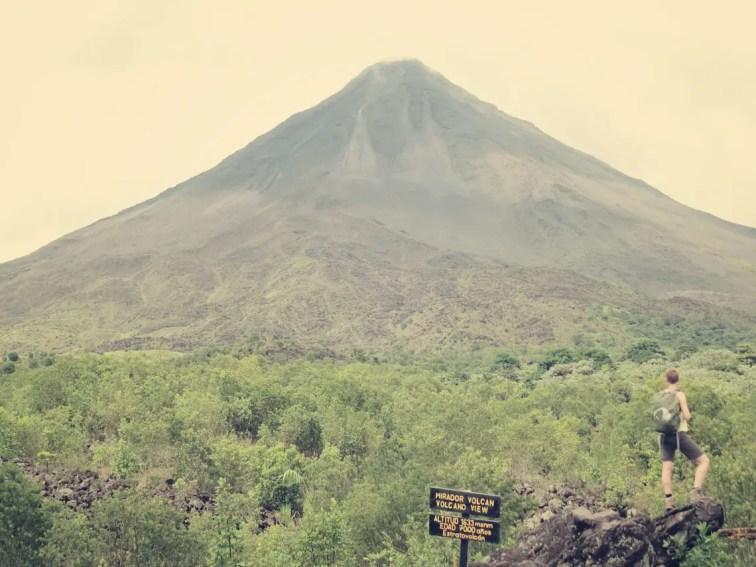 """""""Caro David Friedrich"""" mit Blick auf die """"dunkle Seite"""" des Volcán Arenal"""