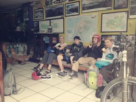 Warten mit Simone, Patrick und Peter das es los geht zum Rafting