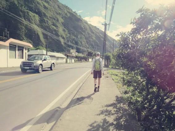 Langer Weg die Straße runter
