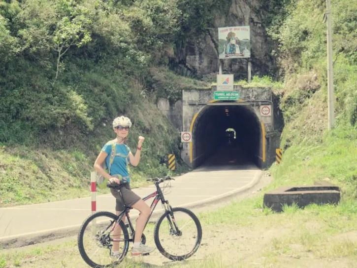Durch den Tunnel ohne Licht zusammen mit rasenden LKWs, ....hm