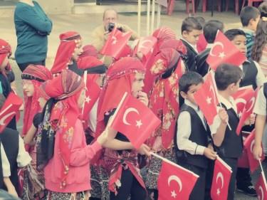 Feiernde Kinder am Tag der Republik