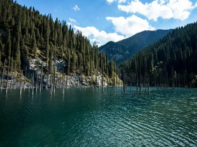 Het Kandy-meer tijdens mijn tour door Kazachstan en Kirgizië