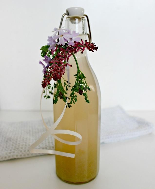 Rhabarbersaft in Glasflasche