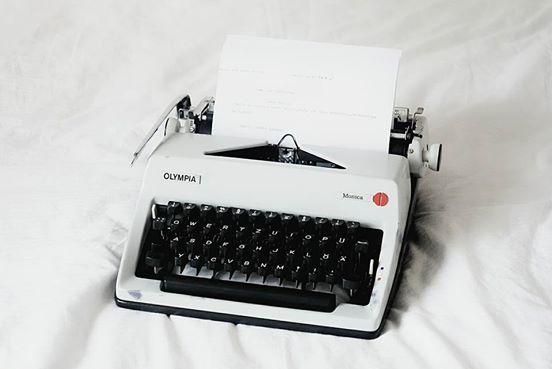 weiße Schreibmaschine