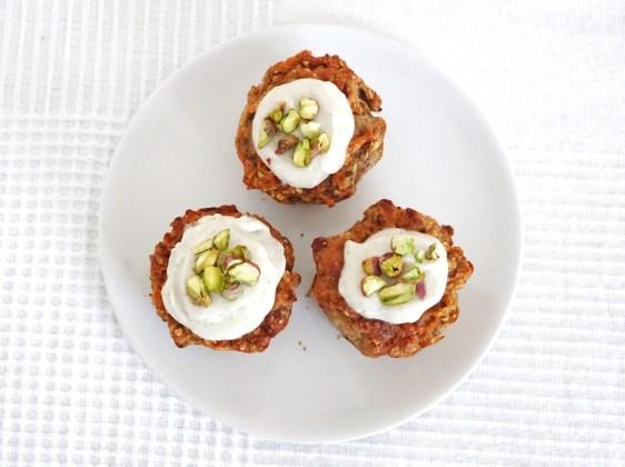 Drei Karotten Muffins mit Walnüssen auf einem Teller