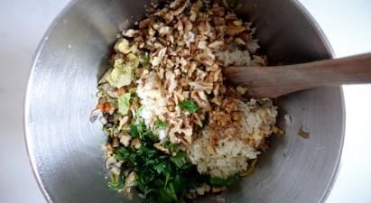 Vermengen des Gemüses für veganen Braten