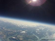 22515.6 m ü. M., -53.37°C: Mitten in der Ozonschicht, unten links der Kondensstreifen eines Flugzeuges