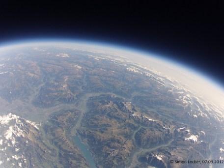 27384.7 m ü. M., -44.30°C: Sicht in Richtung Graubünden, Krümmung durch Weitwinkelobjektiv
