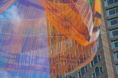 5547dddce58ece706c000574_janet-echelman-suspends-massive-aerial-sculpture-over-boston-s-greenway_vanderwarker_pdv6617-530x353