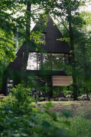 Contemporary-Triangular-Cabin-in-Canada2-900x1350