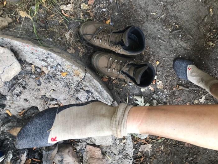 Læg mærke til at sokken sidder på den rigtige fod!