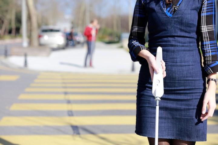 You Pouch – 視覚障害を持つエンジニアが開発した「スマート白杖」が最先端!センサーで障害物を検知&Googleマップで音声ナビもしてくれます