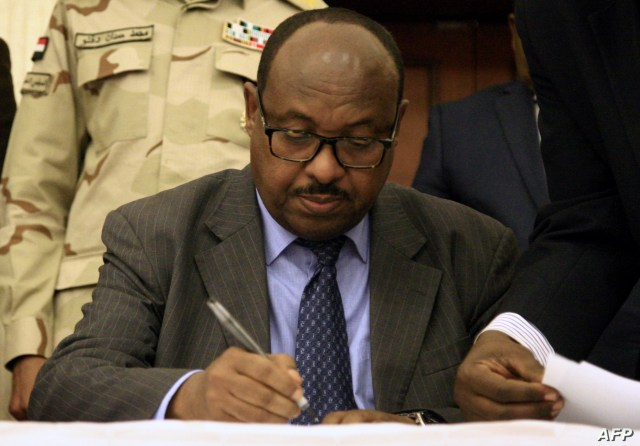 Ethiopian mediator Mahmoud Direr inks an agreement between Sudan's protest leaders and members of the country's Transitional Military Council in Khartoum, July 17, 2019.