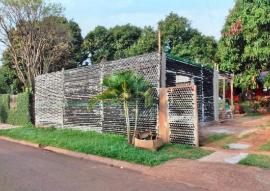 Educadora constrói casa com garrafas de vidro no PR | WH3 - Sistema 103 -  Rádio Raio de Luz - Rádio Lider - Jornal O Lider