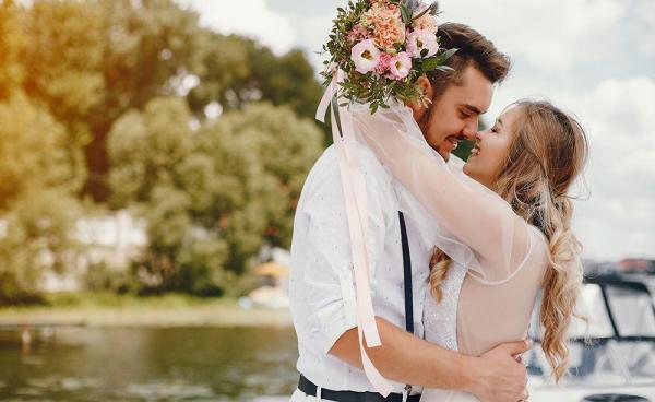 5 лет свадьбы (деревянная свадьба): что дарят мужу и жене?