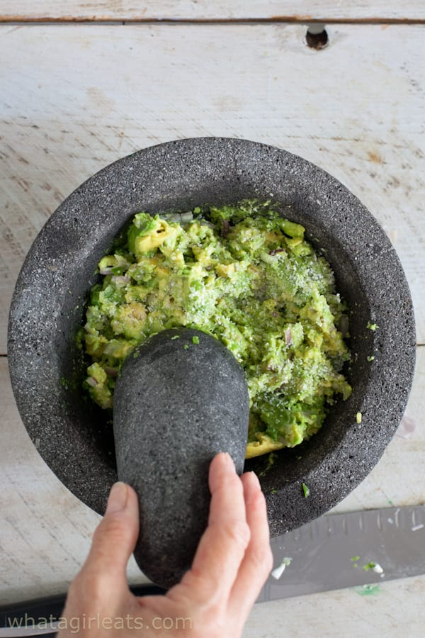 how to stop guacamole from turning brown