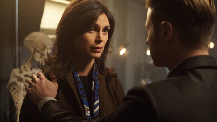 "GOTHAM: L-R: Morena Baccarin and Ben McKenzie in the ""Rise of the Villains: Worse Than A Crime"" episode of GOTHAM airing Monday, Nov. 30 (8:00-9:00 PM ET/PT) on FOX. ©2015 Fox Broadcasting Co. Cr: Nicole Rivelli/ FOX"