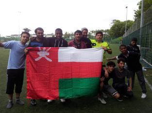 Jogando futebol com a galero do Omã após a aula