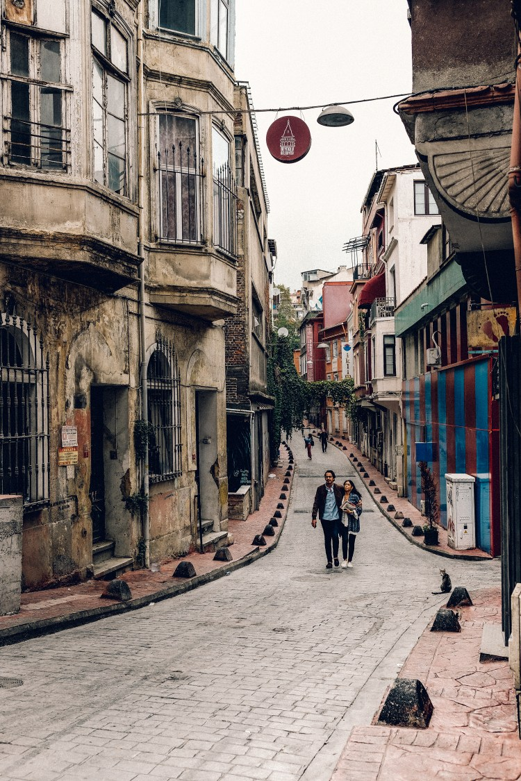 Istanbul-lovers-on-street