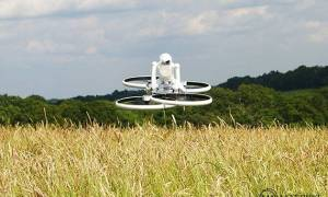 Robot podróżuje na hoverbike'u po brytyjskich wsiach