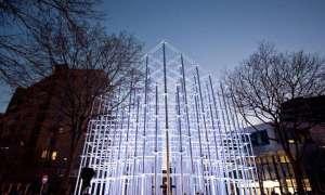 Ekklesia: Instalacja artystyczna dająca złudzenie metalu, stworzona z tektury