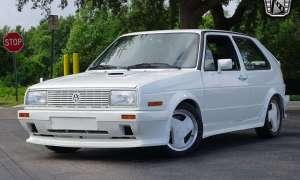 Z tego Volkswagena GTI lata 80. wręcz krzyczą