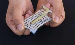 Ten elastyczny sensor śledzi zdrowie noszącego przez jego skórę