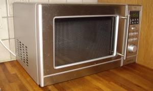 Dlaczego metal iskrzy w kuchence mikrofalowej?