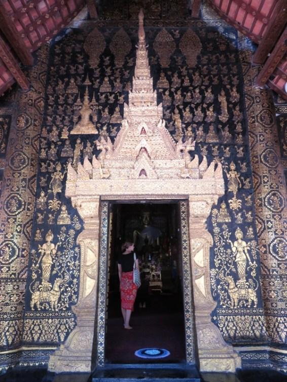 Looking into Wat Xieng Thong