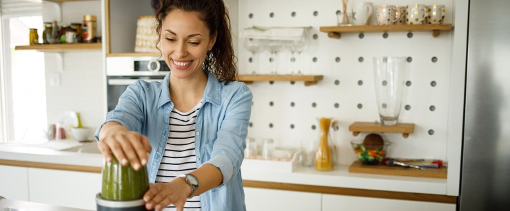 vitamin c snacks: woman making green smoothie