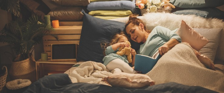 kids sleep routine: mom with daughter in bed