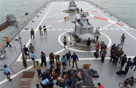 4 large objects detected in AirAsia wreckage hunt