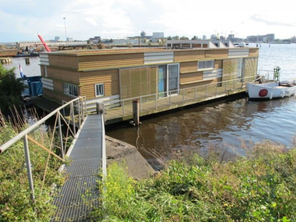Self sustainable houseboat