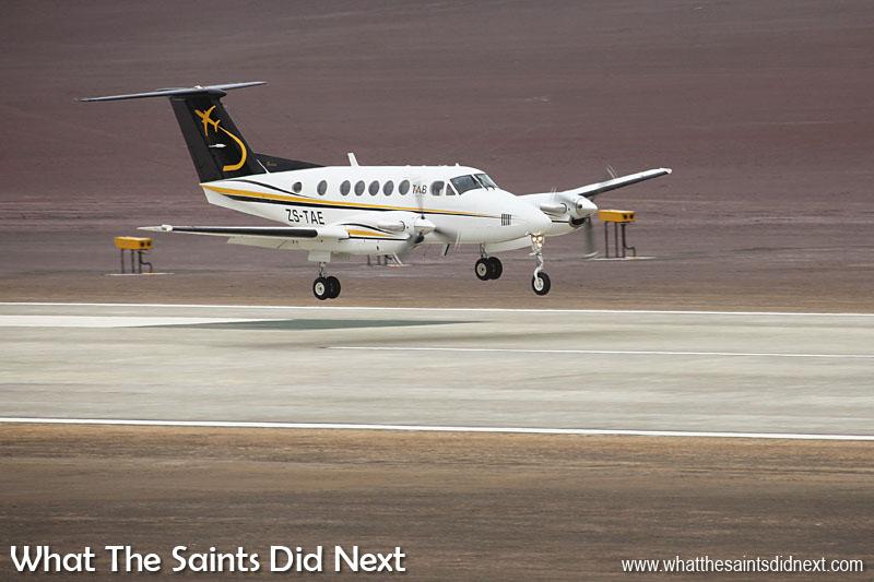 Une seconde avant de touch down, premier vol et atterrissage de Sainte-Hélène.  Aéroport de Sainte Hélène