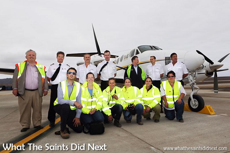 L'équipe d'accès de Sainte-Hélène (avant) et le nouvellement nommé directeur de l'aéroport, Nigel Spackman, posant l'avec équipage.  Aéroport de Sainte Hélène.