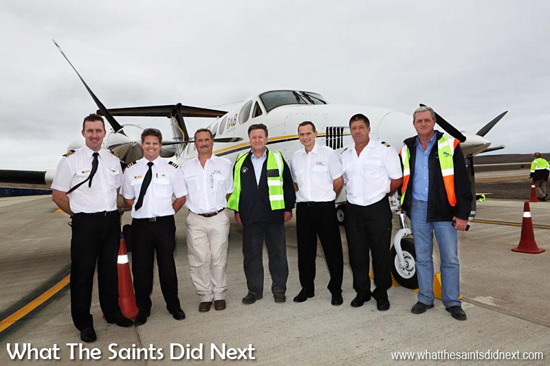 L'équipage de conduite avec le gouverneur de l'île, Mark Capes (au centre) et le directeur de Basil Read, Deon De Jager.