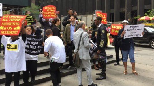 «Банкиры против биткоина»: криптовалютную конференцию атакуют протестующие