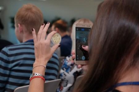 Опрос: Только 6% россиян готовы сейчас инвестировать в биткоин