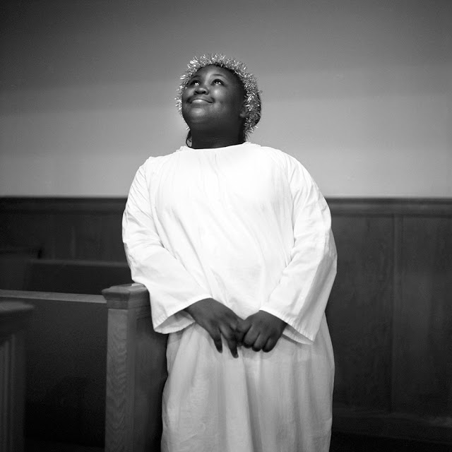 """""""Christmas Angel, Mound Bayou, MS, 2010"""" from the series """"When Morning Comes"""" by Brandon Thibodeaux (courtesy of the artist and Griffin Museum of Photography)"""